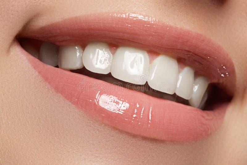 Perfecte glimlach Mooie natuurlijke volledige lippen en witte tanden Het witten van tanden stock afbeelding