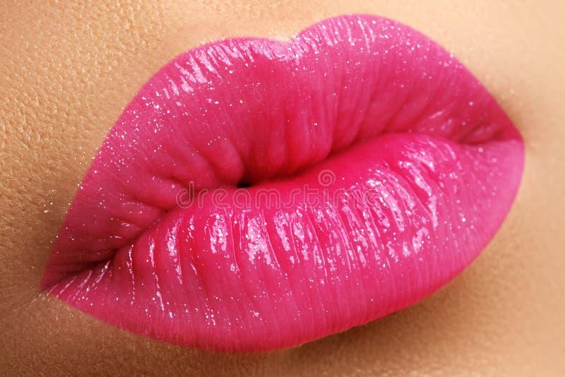Perfecte glimlach Mooie volledige roze lippen Roze Lippenstift Polijst Li stock afbeeldingen