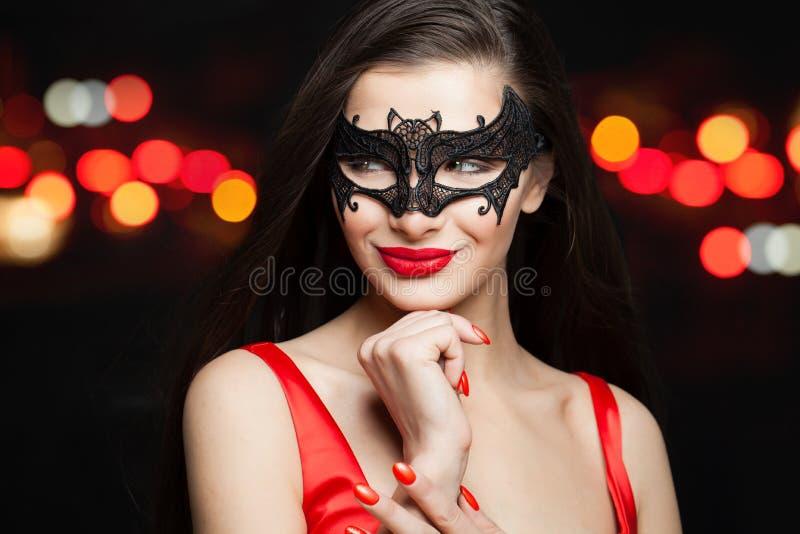Perfecte glimlachende vrouw in Carnaval-masker op kleurrijke fonkelingsachtergrond royalty-vrije stock foto's