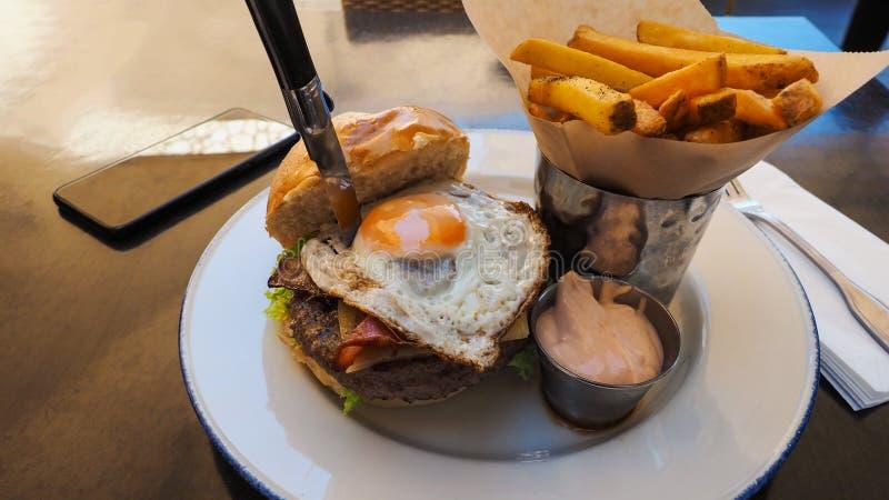 Perfecte hamburgermaaltijd in een Harde Rotsrestaurant royalty-vrije stock foto's