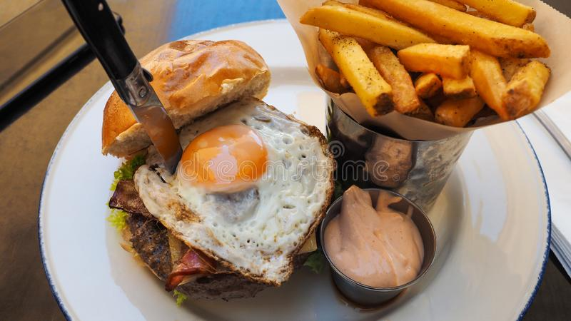 Perfecte hamburgermaaltijd in een Harde Rotsrestaurant stock afbeeldingen