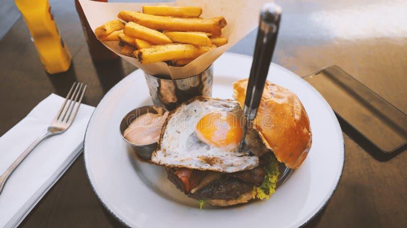 Perfecte hamburgermaaltijd in een Harde Rotsrestaurant stock foto