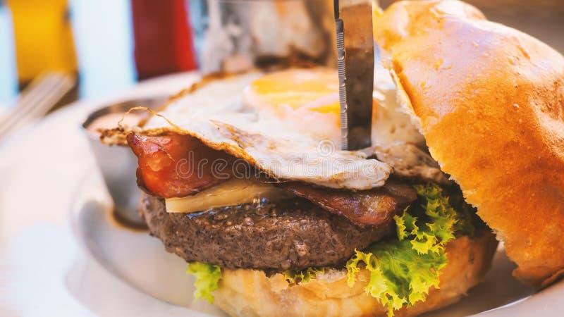 Perfecte hamburgermaaltijd in een Harde Rotsrestaurant stock afbeelding