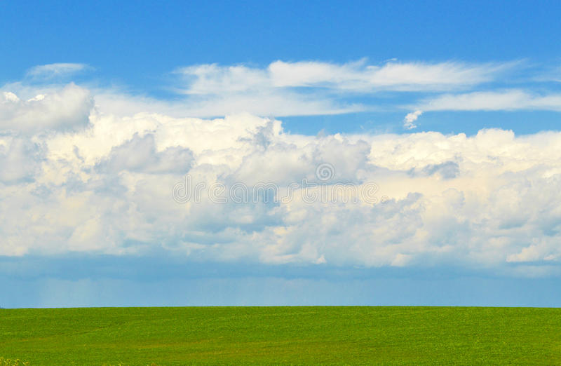 Perfecte Horizon met Ver Regenonweer royalty-vrije stock foto's