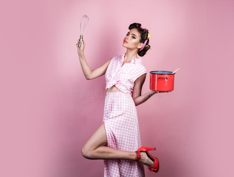Perfecte huisvrouw pinup meisje met manierhaar het retro vrouw koken in keuken speld op vrouw met in make-up vrij stock afbeelding