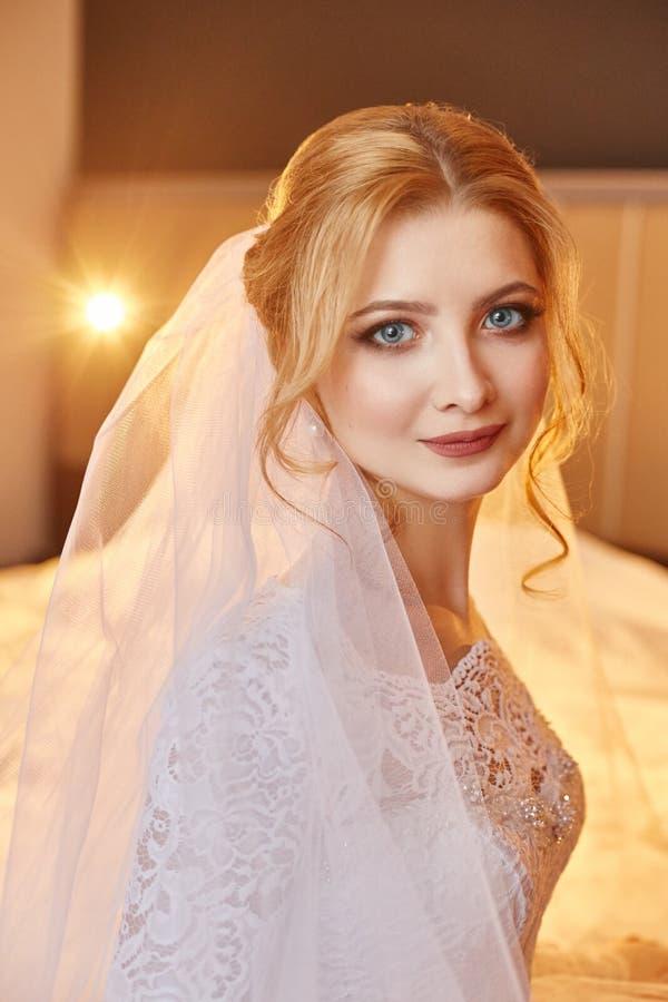 Perfecte huwelijksdag van vrouwenbruid, portret van meisje in wit wij stock afbeelding