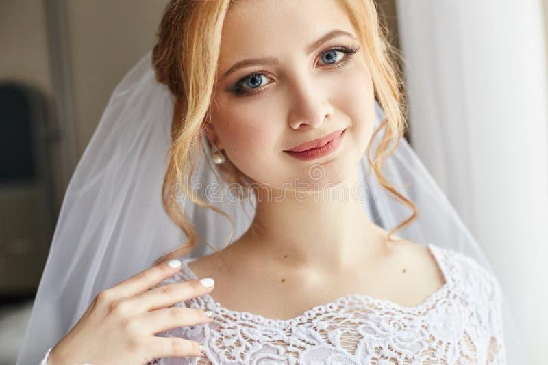 Perfecte huwelijksdag van vrouwenbruid, portret van meisje in wit wij stock foto's