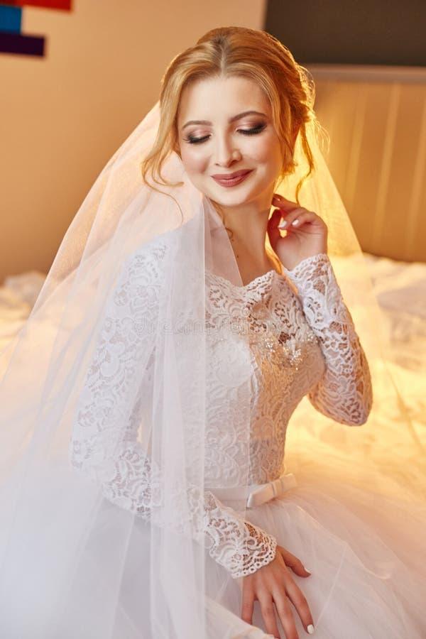 Perfecte huwelijksdag van vrouwenbruid, portret van meisje in wit wij royalty-vrije stock afbeeldingen