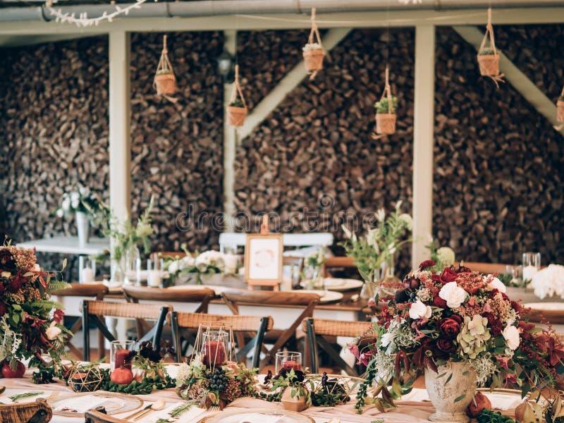 Perfecte huwelijksdecoratie De decoratie van de bloemlijst voor huwelijk royalty-vrije stock fotografie