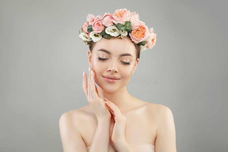 Perfecte jonge vrouw met duidelijke huid en bloemen op haar hoofd Het gezichtsbehandeling, de kosmetiek en concept van de huidzor stock foto's