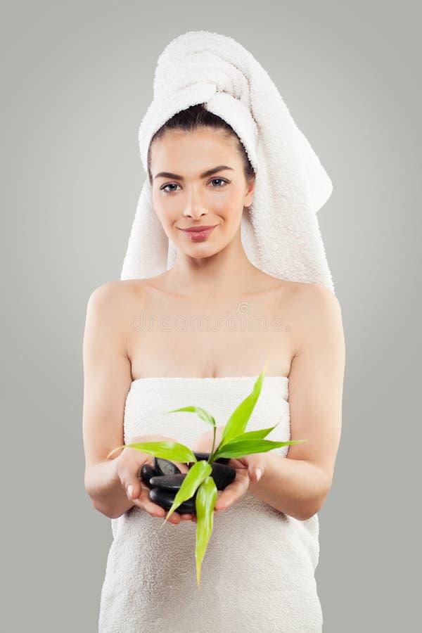 Perfecte Jonge Vrouw met Groene Bamboebladeren stock afbeelding
