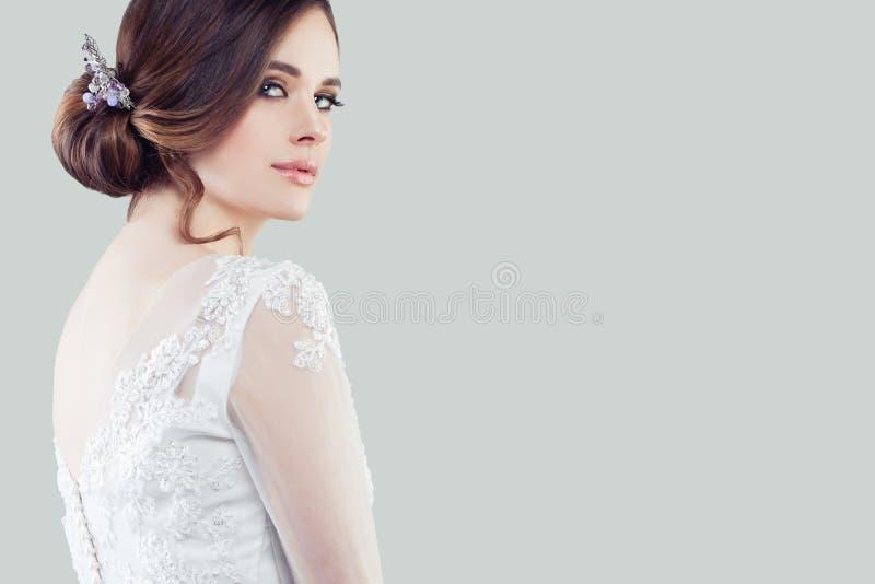 Perfecte jonge vrouw met make-up en bruids kapsel Mooi meisje op achtergrond royalty-vrije stock afbeelding