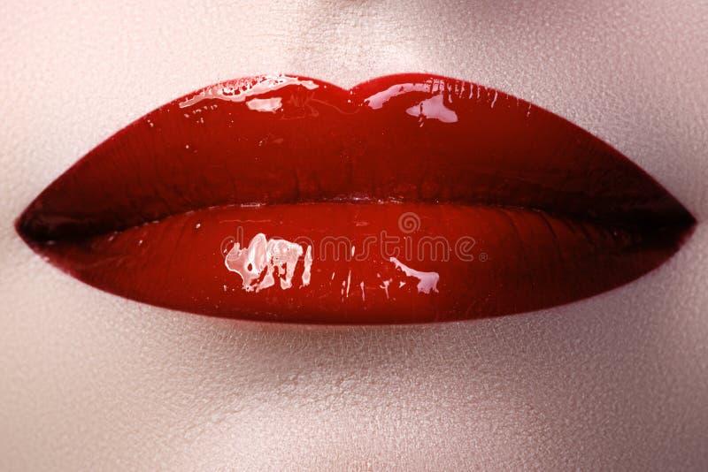 Perfecte Lippen Sexy dichte omhooggaand van de meisjesmond Jonge de vrouwenglimlach van de schoonheid stock fotografie