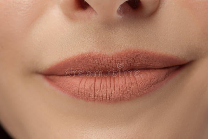 Perfecte Lippen Sexy dichte omhooggaand van de meisjesmond Jonge de vrouwenglimlach van de schoonheid stock foto