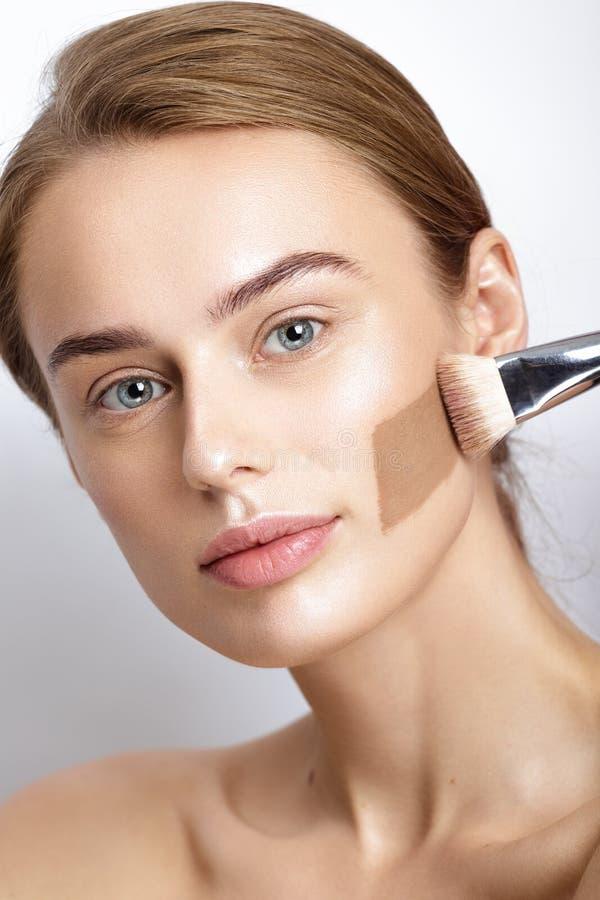 Perfecte Make-up De roomlijnen van de huidtoon op vrouwengezicht stock fotografie