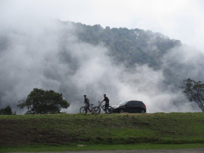 Perfecte mening van de aard in Colombia met mensen die fiets spelen royalty-vrije stock fotografie