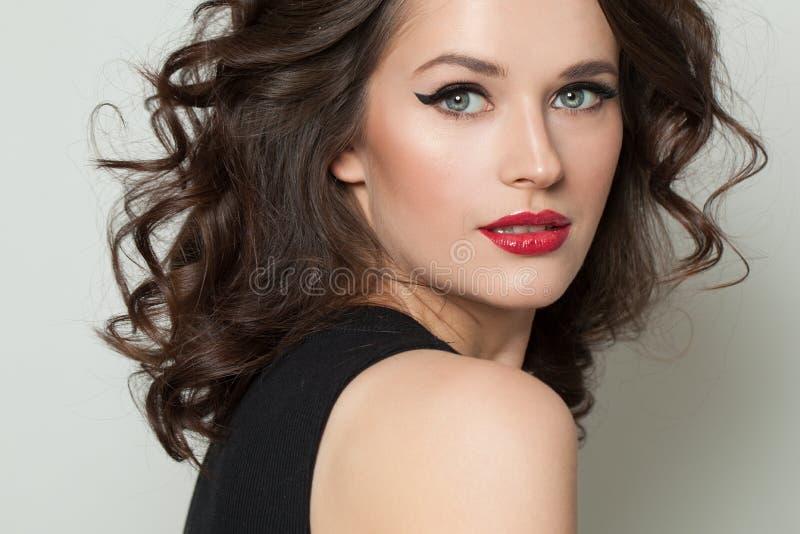 Perfecte modelvrouw met make-up en bruin krullend haar Het Portret van de Vrouw van de schoonheid stock afbeeldingen