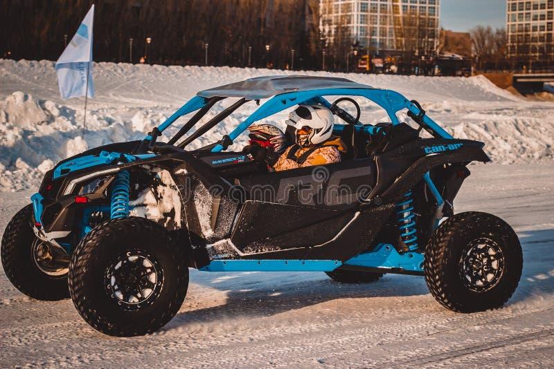 Perfecte raceauto's op de sneeuw royalty-vrije stock afbeelding