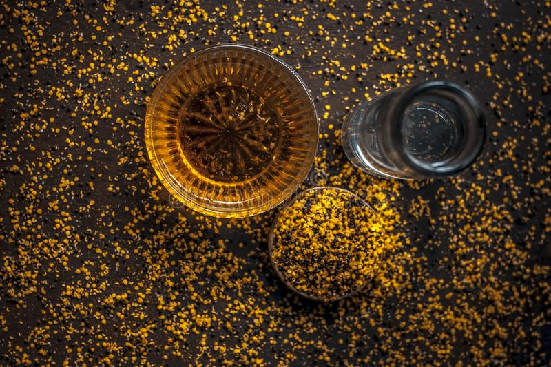 Perfecte remedie om constipatie op houten oppervlakte i te genezen e Het poeder van mosterdzaden met honing en water goed wordt g stock afbeeldingen