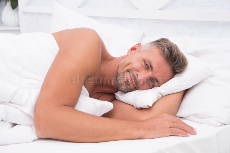 Perfecte rust Slaapschoonheid Lag de mensen knappe kerel in bed Krijg genoeg hoeveelheid elke avond slaap Uiteinden die beter sla royalty-vrije stock afbeeldingen