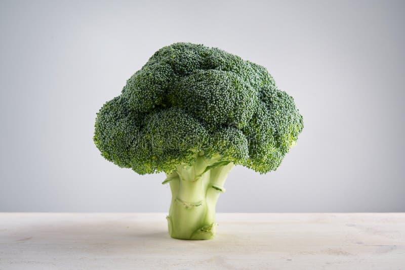 Perfecte verse broccoli op lichte houten tribunes als achtergrond als boom Concept gezond voedsel en voeding stock fotografie