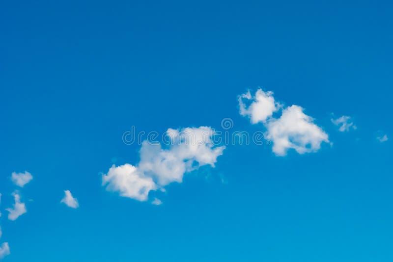 Perfecte witte wolken in blauwe hemel, wolk in heldere de zomerhemel stock foto