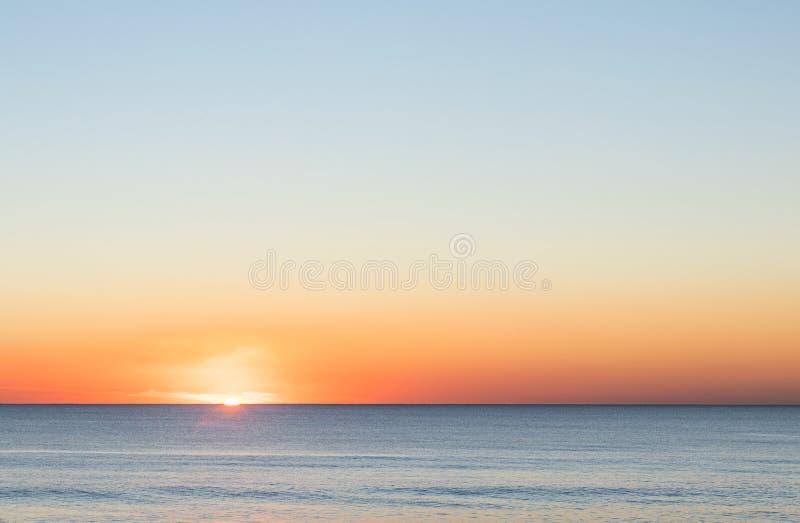 Perfecte zonsondergang over het overzees stock afbeeldingen
