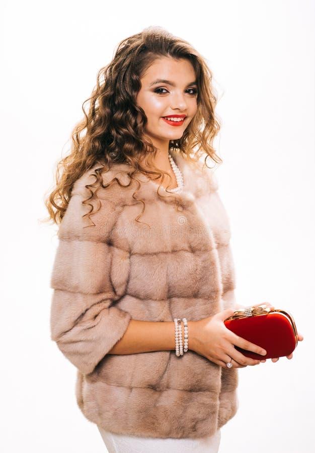 Perfectioneer voor de winterkoude Mooie vrouw in modieuze bontjas Het luxueuze bont van de mannequinslijtage Jonge vrouwenslijtag royalty-vrije stock foto's