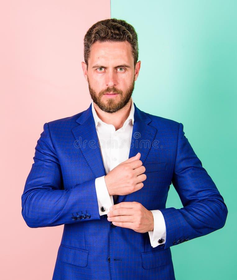 Perfectionnez au dernier détail Équipez l'homme d'affaires bien toiletté avec le bouton strict de contrôle de visage de barbe sur photographie stock libre de droits