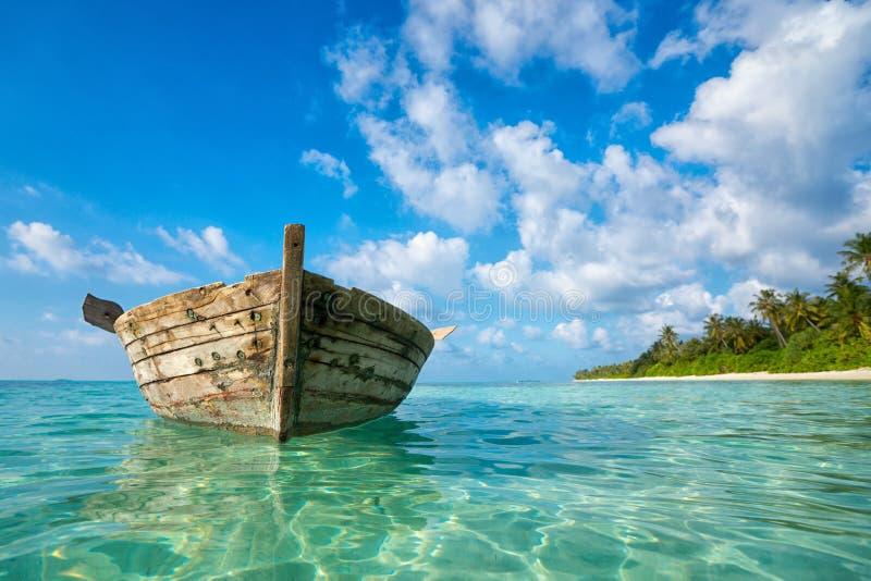 Perfectionnez la plage tropicale de paradis d'île et le vieux bateau photos stock