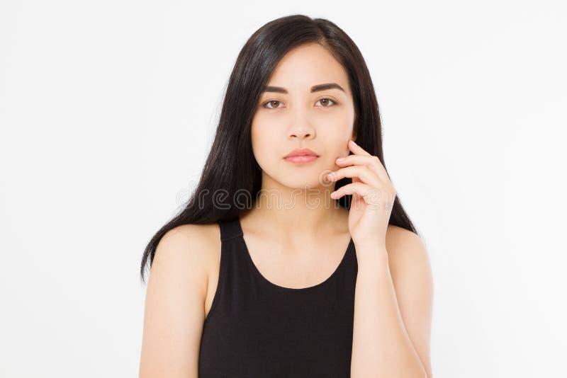 Perfectionnez le macro visage de femme asiatique et les cheveux sains propres de brune d'isolement sur le fond blanc Copiez l'esp images libres de droits
