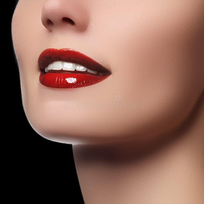 Perfectionnez le sourire avec les dents saines blanches et les lèvres rouges, concept de soins dentaires Fragment du visage de la images libres de droits