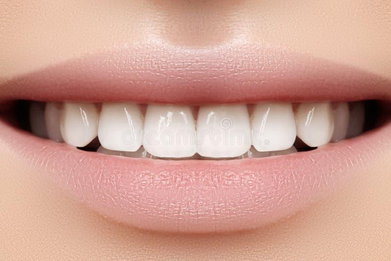 Perfectionnez le sourire de la jeune belle femme, dents blanches saines parfaites Blanchiment, ortodont, dent de soin et bien-êtr images stock