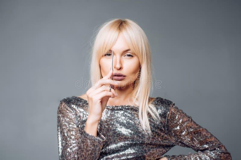 Perfekt blond flickasnittkalufs Slut upp frisyr med smällar Begrepp för håromsorg Blond kvinna med härligt hår på arkivfoton