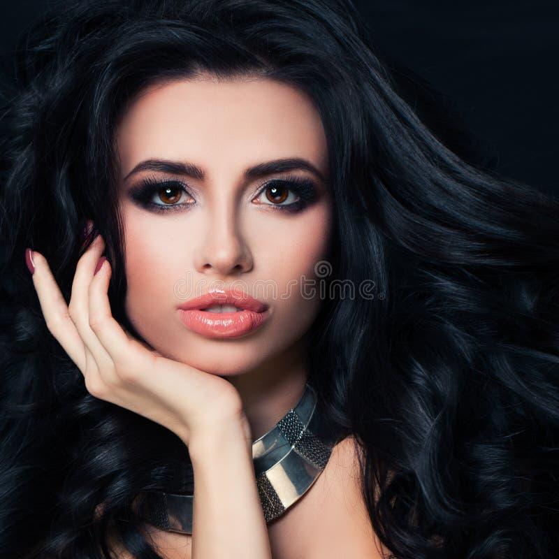 Perfekt brunettkvinna med frisyren, makeup, sund hud royaltyfri foto