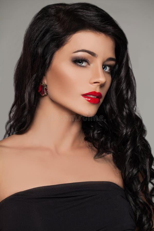 Perfekt brunettmodell Face rött kvinnabarn för kanter arkivfoton
