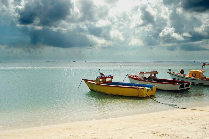 Perfekt dag på stranden i Aruba, fartyg på vatten royaltyfria foton