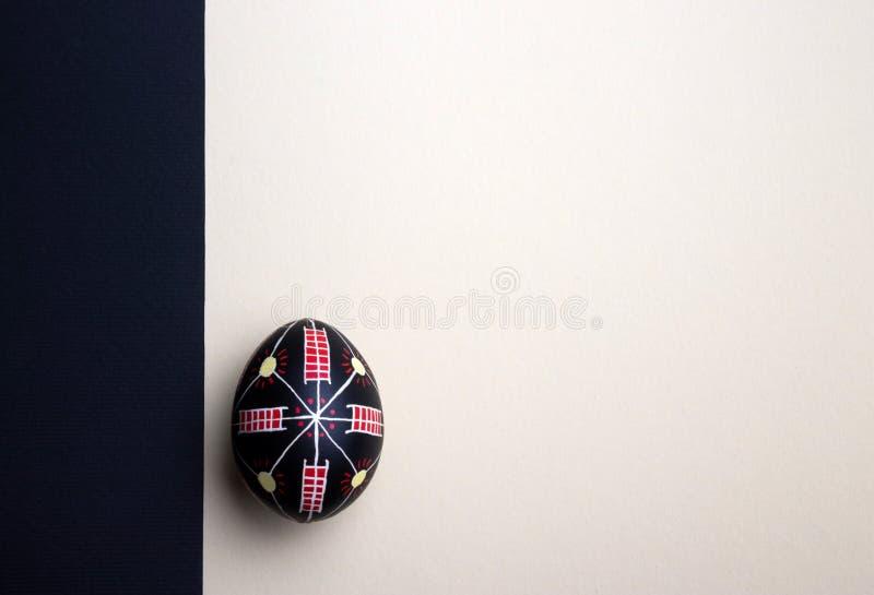 Perfekt etniskt handgjort easter ägg Dekorerat med modeller festlig bakgrund arkivbild