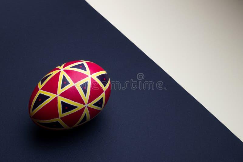 Perfekt etniskt handgjort easter ägg Dekorerat med modeller arkivfoto