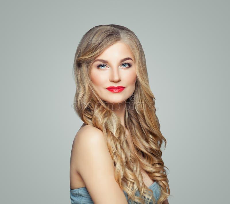 perfekt flicka Gullig kvinnablondin med långt ganska hår och klar hud Ansikts- behandling-, haircare- och cosmetologybegrepp royaltyfri foto
