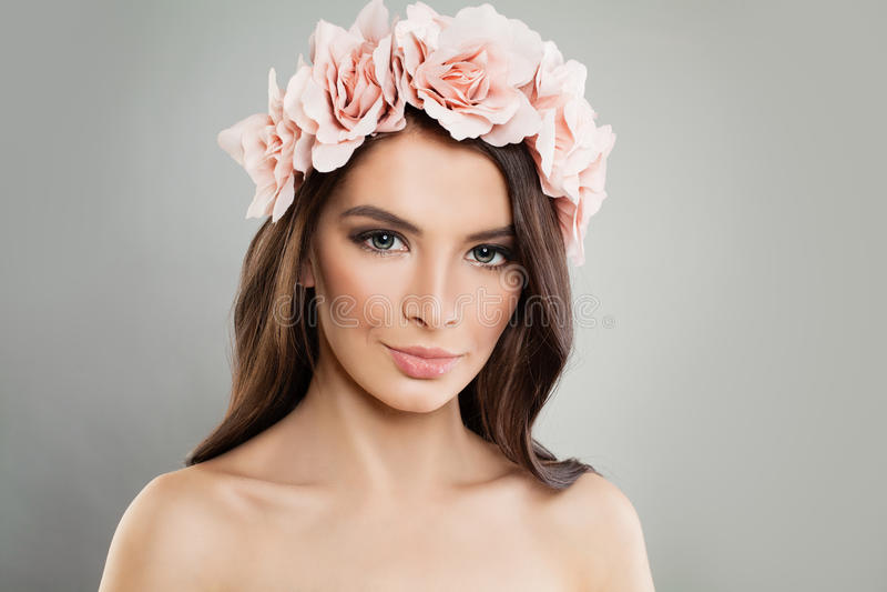 Perfekt flicka med rosa färgblommor och ny vårmakeup arkivbild
