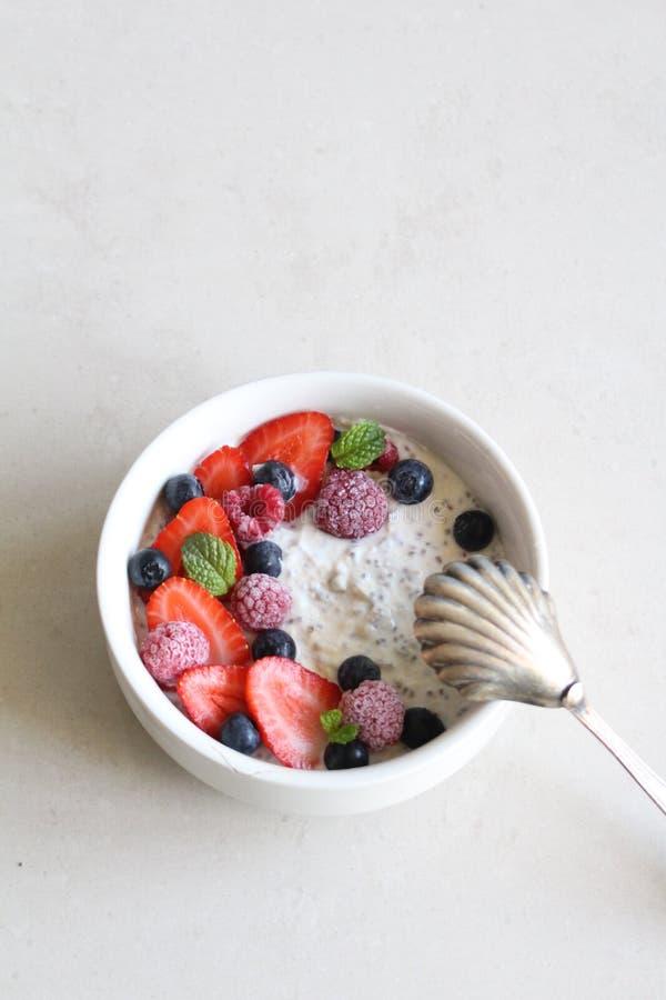 Perfekt frukost med yoghurtchiafrö och bär royaltyfri bild