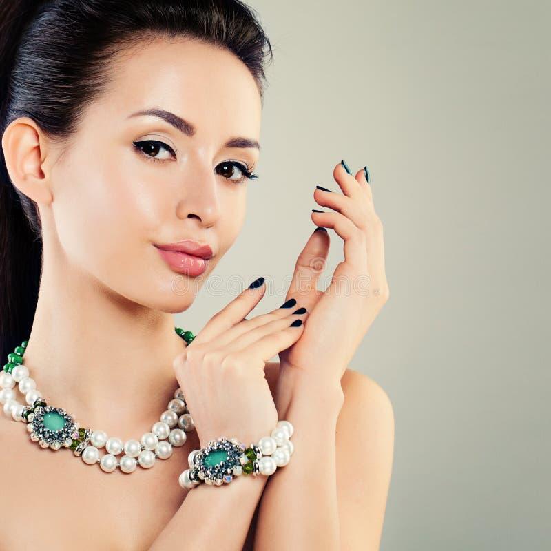Perfekt glamorös modell Woman med pärlahalsbandet royaltyfri foto