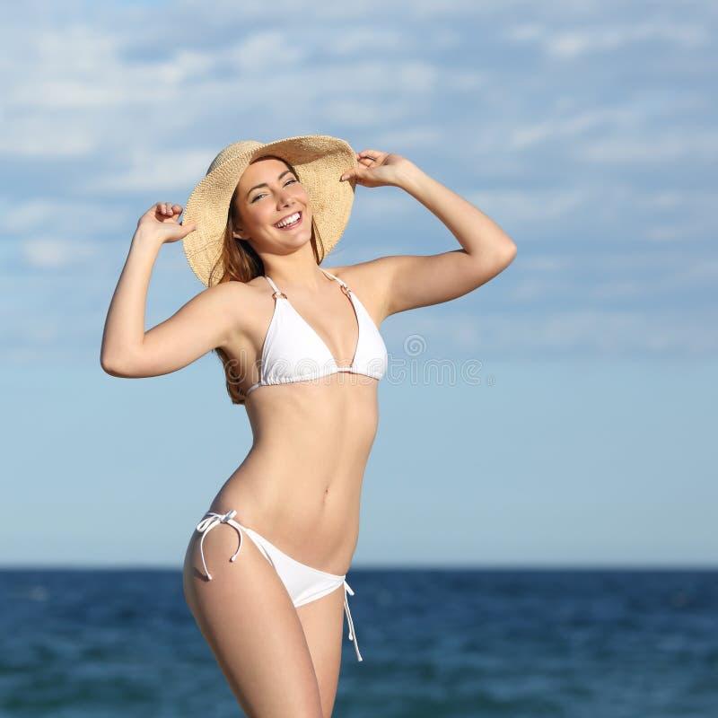 Perfekt konditionkvinnakropp som poserar på stranden royaltyfria bilder