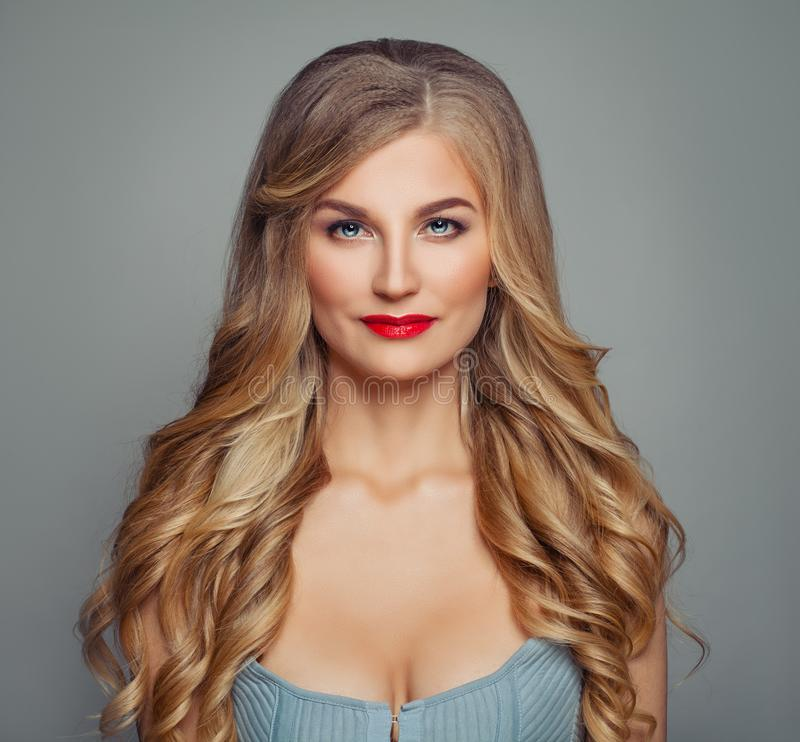 Perfekt kvinna för blont hår med röd kantmakeup och lockig frisyr skönhet isolerad ståendewhite arkivfoto