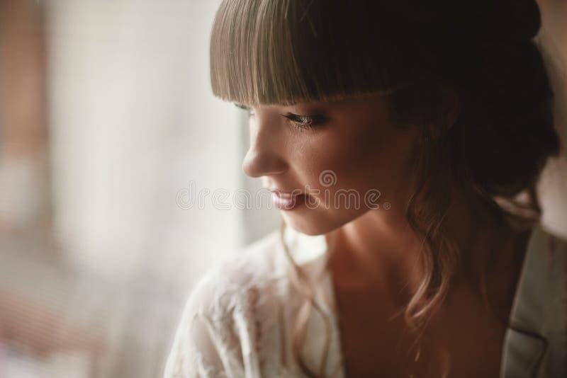 Perfekt kvinna f?r modemodell med den h?rliga frisyren och smink Br?llopflicka i lyxig br?llopskl?nning royaltyfria bilder