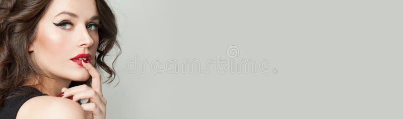 Perfekt kvinna med makeup på grå banerbakgrund arkivbild