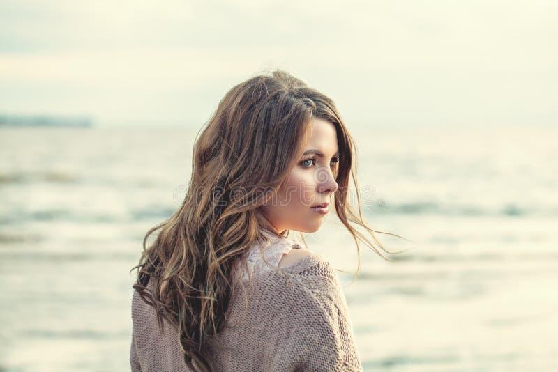 Perfekt kvinnadet fria på havkusten, romantisk stående arkivfoto