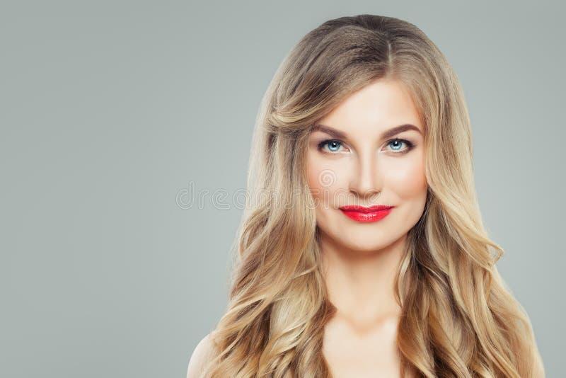 Perfekt kvinnaframsida Blond kvinna med långt krabbt hår och klar hud Ansikts- behandling och Cosmetology royaltyfri foto