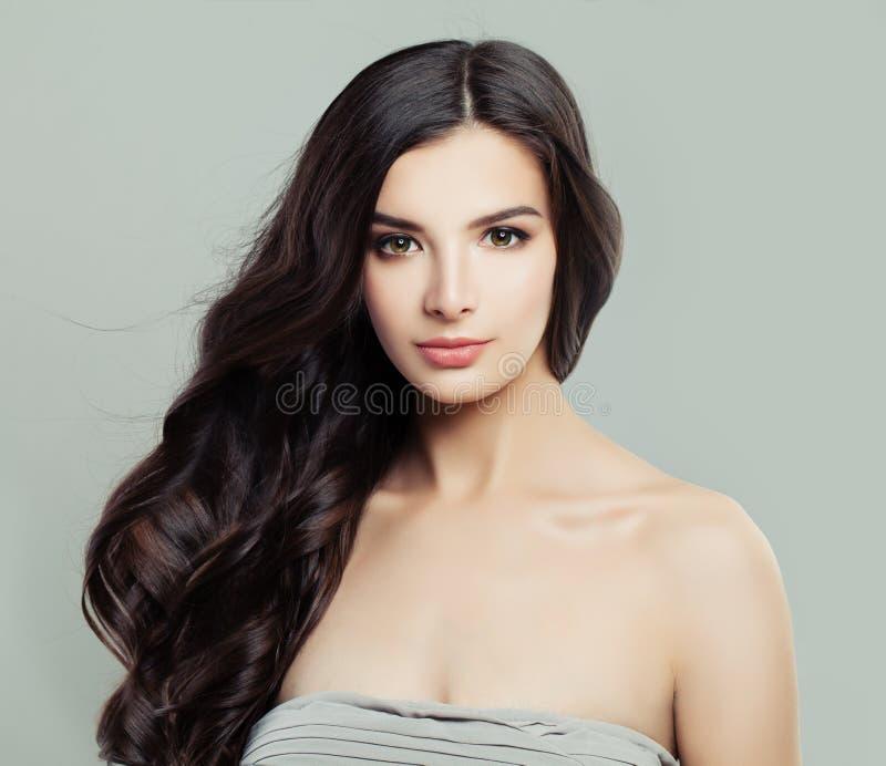 Perfekt kvinnlig framsida Ursnygg brunettkvinna med naturlig makeup royaltyfri fotografi